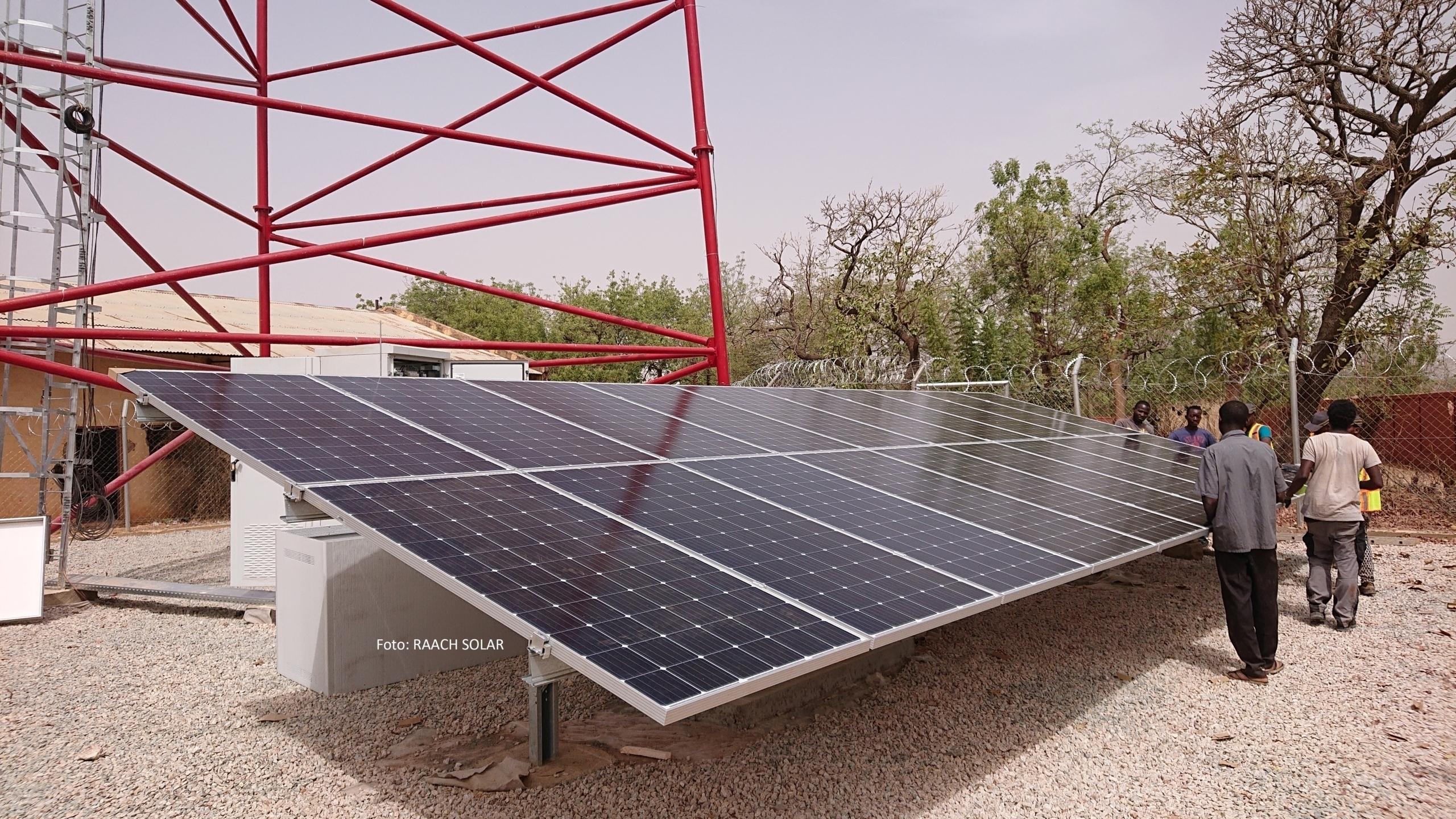 Foto: RAACH SOLAR; SL Rack Freiflächensystem - 2V | Standort: Burkina Faso, Afrika | Leistung: 223,2 kWp