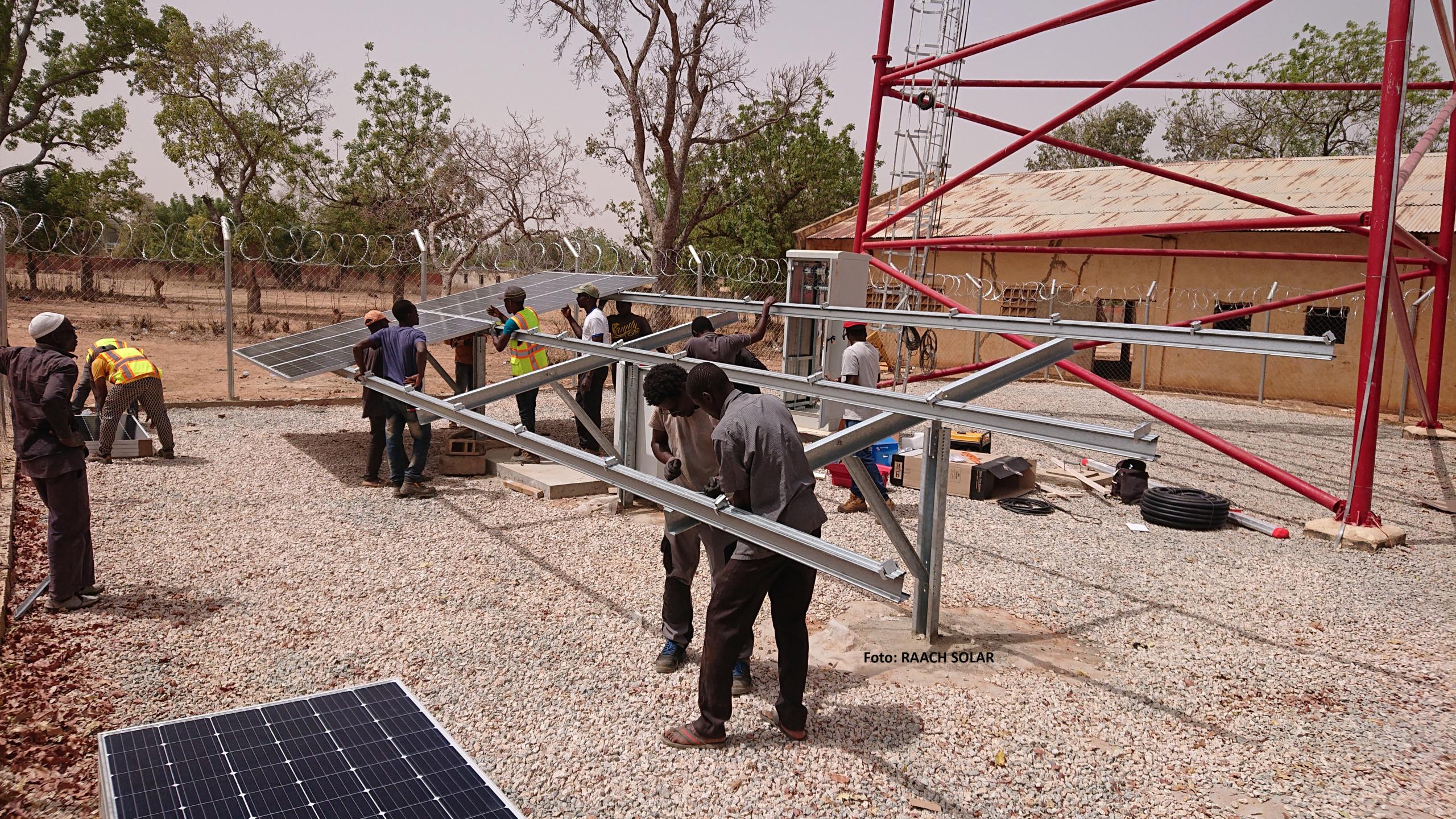 Foto: RAACH SOLAR; SL Rack Freiflächensystem - 2V   Standort: Burkina Faso, Afrika   Leistung: 223,2 kWp